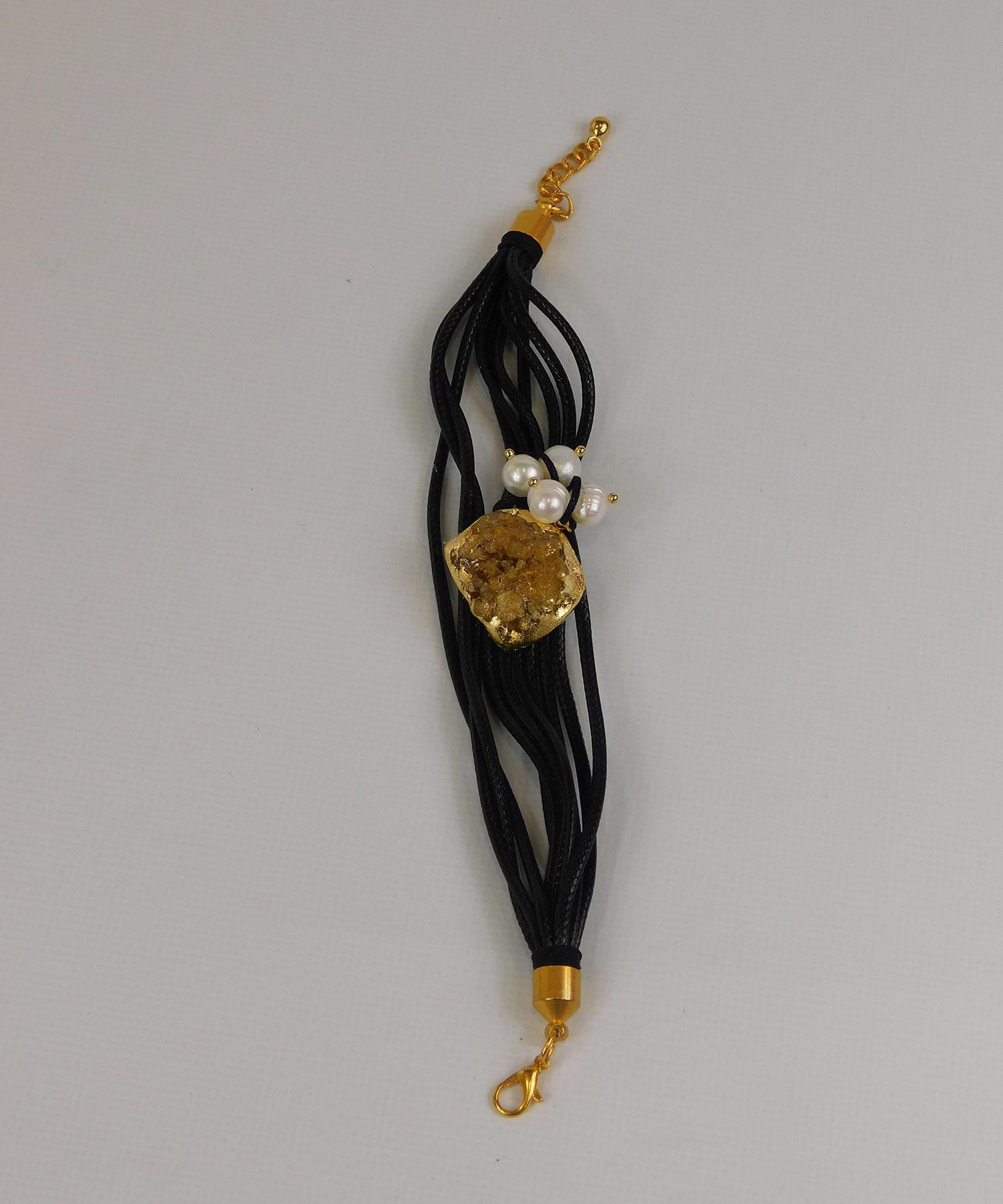 Βραχιόλι με κίτρινο στοιχείο, λευκές πέρλες και μαύρα κορδόνια